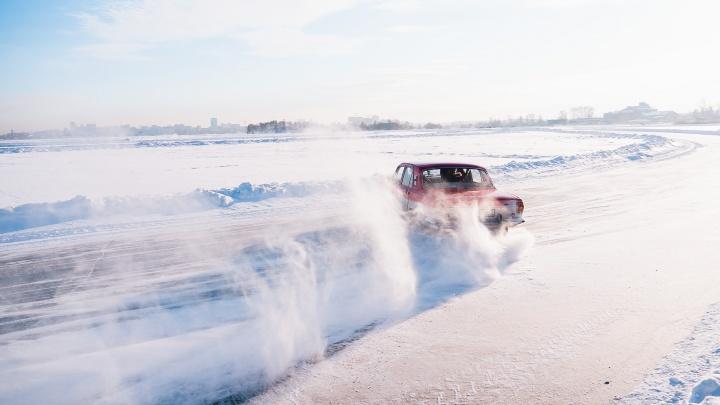 Ледовые ретро-гонки на озере Алебашево в Тюмени. Смотрим соревнование в прямом эфире