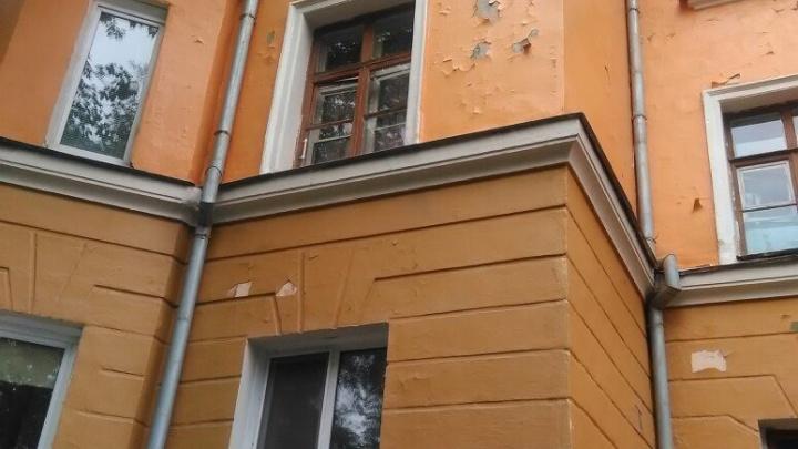«Портят облик района»: облезлые дома в Челябинске пугают горожан своими фасадами