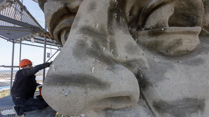 «У нас осталось 45 суток»: в Волгограде завершают реставрацию головы и рук «Родины-матери»