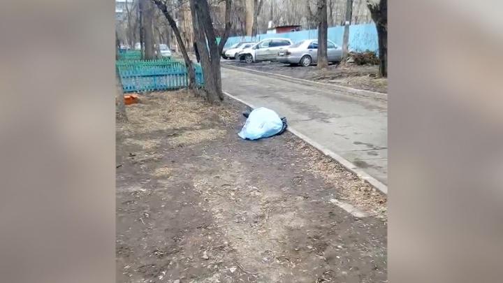 «Уехали и не накрыли даже»: полиция оставила возле школы в Челябинске труп мужчины
