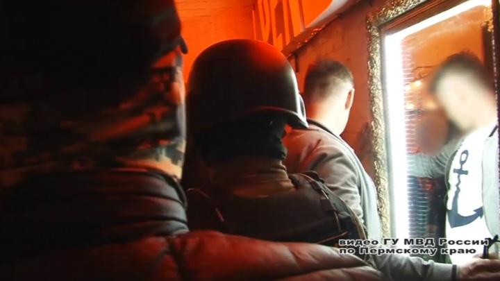 В Перми спецназ закрыл ночной клуб, в котором посетители употребляли наркотики. Видео