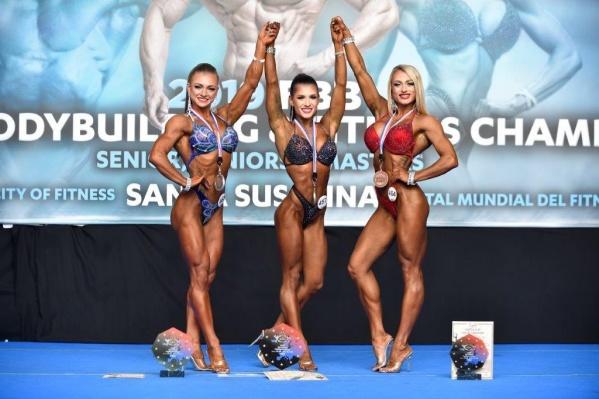 Новосибирская спортсменка (в центре) стала чемпионкой Европы по бодифитнесу
