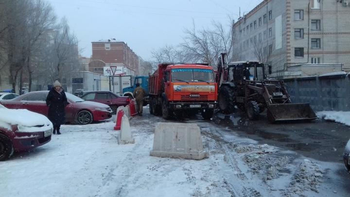 Фонтан бил из-под припаркованных машин: на Депутатской произошел прорыв горячей воды