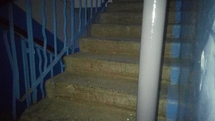 «Этот капремонт — варварство»: в доме Волгограда монтируют электропроводку через проход лестницы