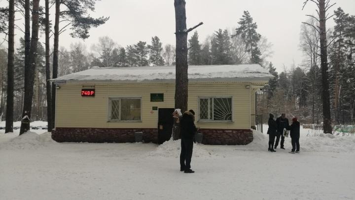 «Двери выламывали, и сигнализация работала»: очевидцы рассказали об обыскахв администрации парка «Сосновый бор»