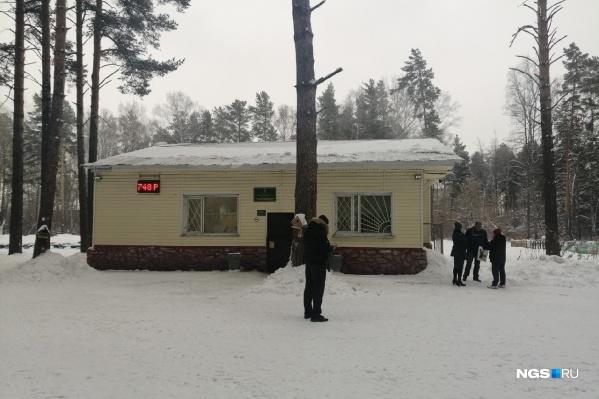 В администрацию парка «Сосновый бор» в Калининском районе приехали полицейские