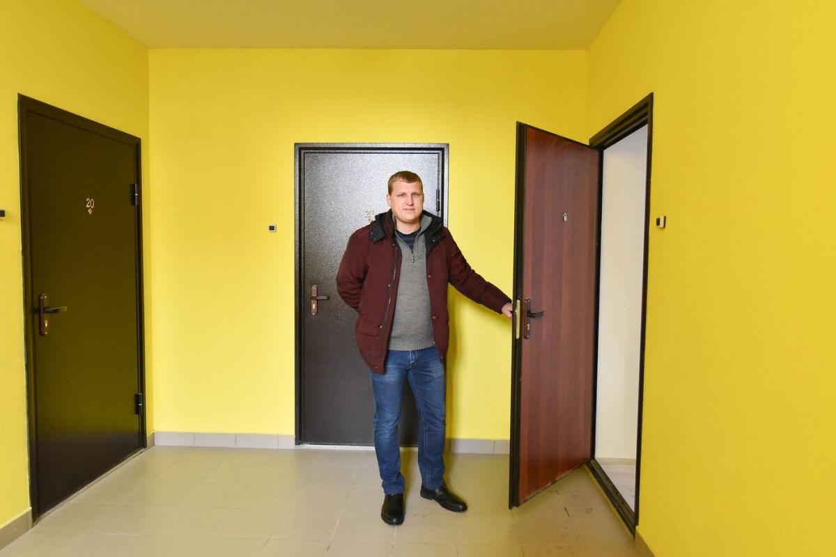 Виталий показал одну из готовых квартир с чистовой отделкой, куда скоро заселится молодая семья