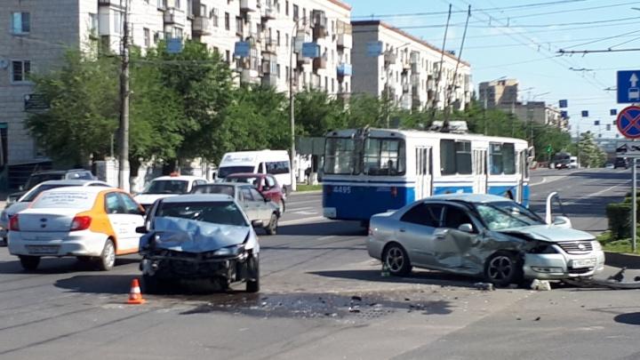 В центре Волгограда разбились две иномарки: двое пострадавших — видео