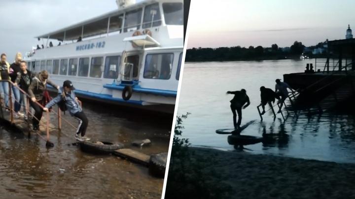 «Бабулька по колено в воде»: в столице Золотого кольца люди из речных трамвайчиков выходят в Волгу