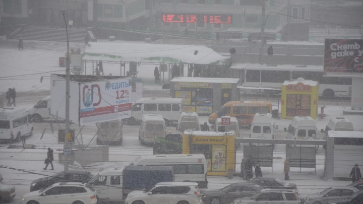 Снег, гололед и заносы: новосибирских водителей предупредили о плохой видимости на дорогах