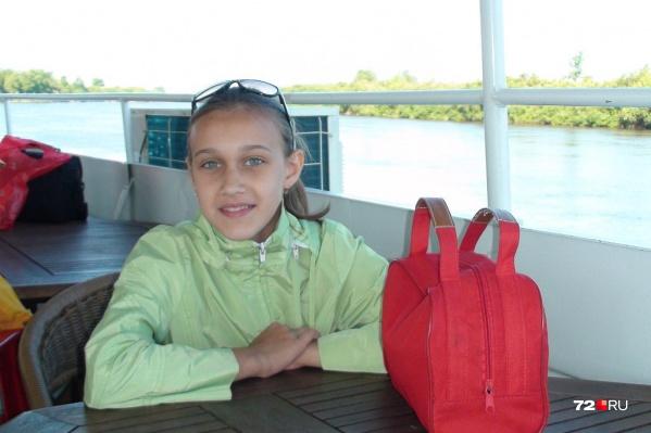 За последние 20 лет Аня Анисимова стала первым ребенком, которого искала буквально вся Тюмень. На ее поиски были брошены силы тысячи людей. Днями и ночами школьницу искали лучшие опера, добровольцы, друзья Анисимовых и волонтеры