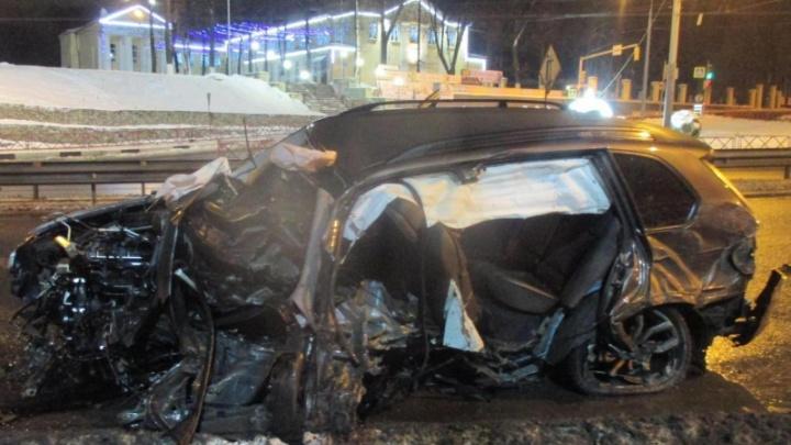 Страшное зрелище: на Московском проспекте в Ярославле BMW влетел в отбойник. Подробности ДТП