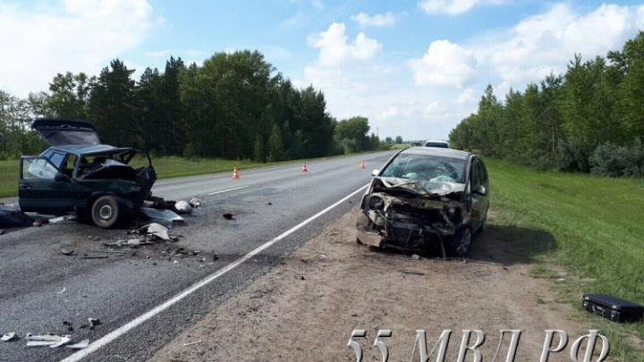 На омской трассе пенсионер за рулём ВАЗа врезался в иномарку: погибли два человека