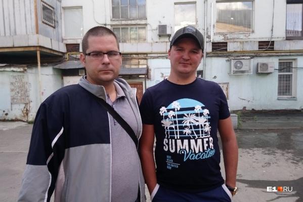 Павел (слева) и Никита выводили людей из задымленных квартир