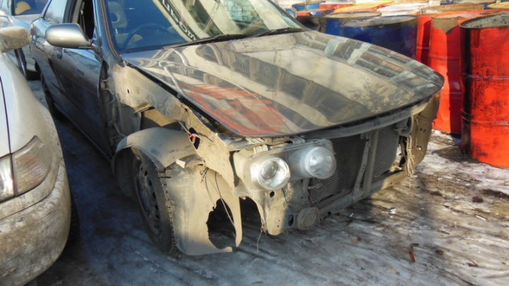 Омич угнал машину с неисправными тормозами и врезался в дерево