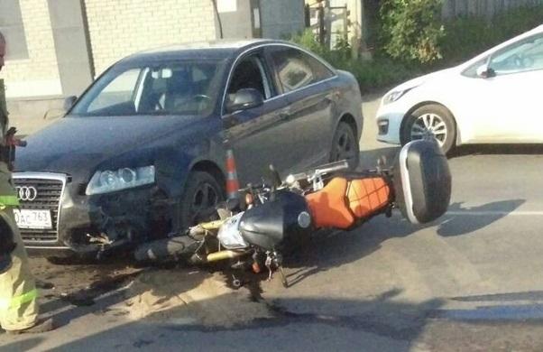 «Два колеса под иномаркой»: на Алма-Атинской Audi столкнулся с мотоциклом