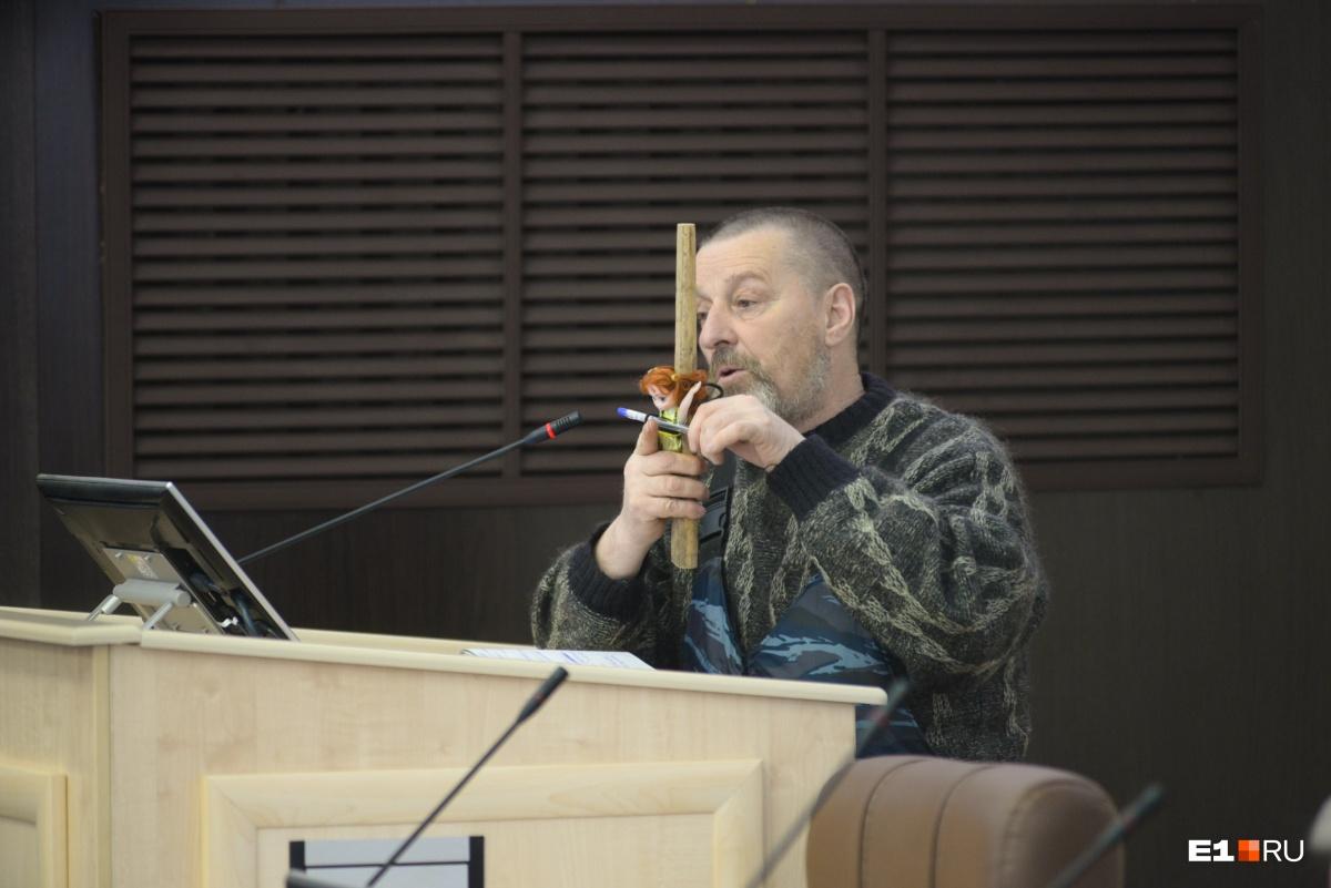 Участник конференции, заявивший, что верит в версию с химической гранатой. Показывает, как сломать ребра
