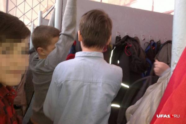 Поначалу мальчики подумали, что продолжается игра в эвакуацию, а они должны изображать в раздевалке пострадавших