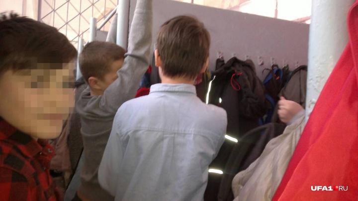 Пятиклассник об эвакуации в школе Уфы: «Все прятались за одеждой, а я залез на подоконник»