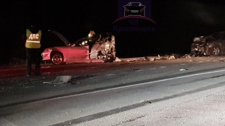 Машины превратились в груду металла после ДТП с грузовиком на трассе: пассажир погиб на месте