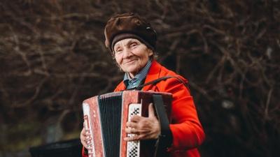 Играй, баян: необыкновенная история Нины, которая выступает в центре Тюмени со старинным инструментом