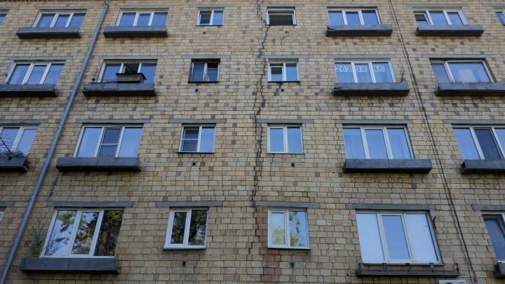 «Скорей бы он развалился»: история дома на Шахтёров, где живут с трещиной в стене уже 40 лет