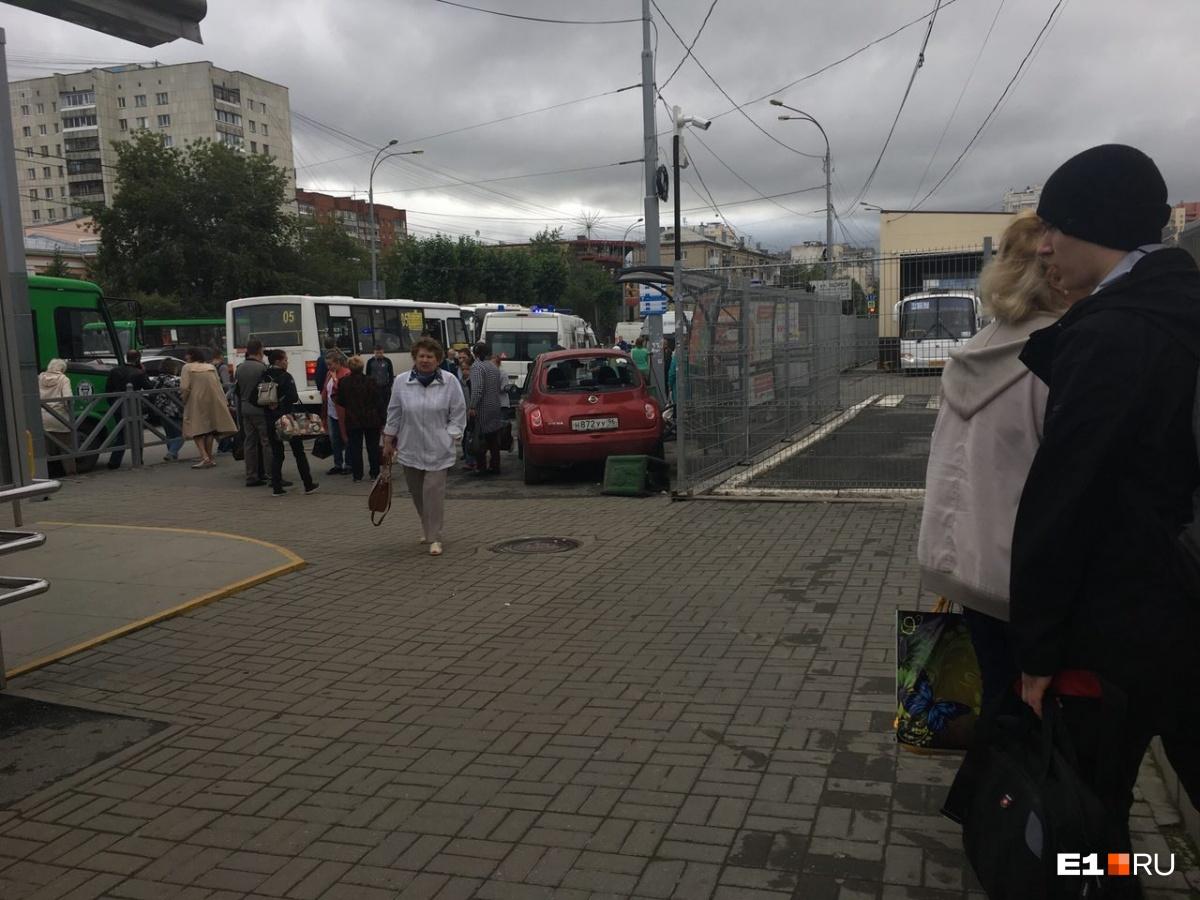 У Южного автовокзала Nissan вылетел на остановку и сбил двух человек