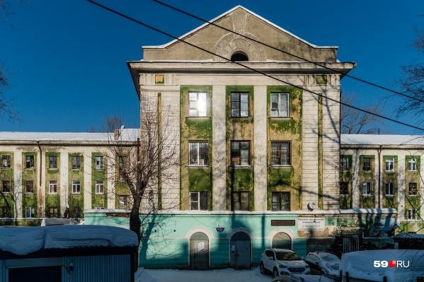 А снаружи здание выглядит неплохо для своих ста лет