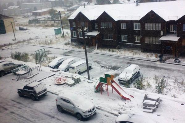 Снег в Северо-Енисейске укрыл землю