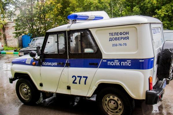 Полицейские устанавливают личность подозреваемого