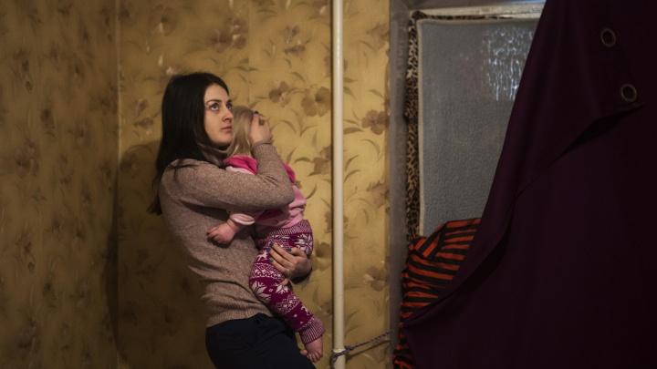 «Из Москвы приехали разобраться»: власти начали ремонт в жуткой квартире для ребёнка-инвалида