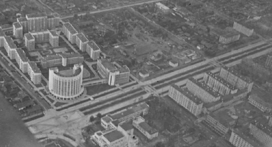 Фото 1930-х годов. Свердловск под крылом самолета. Слева вверху располагается Городок чекистов, правее через несколько лет построят первый дом военного ведомства. Справа внизу — «расчески» Гостяжпромурала