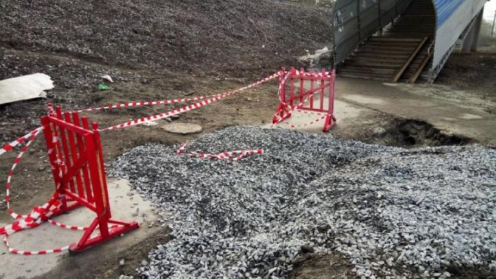 Огромный провал на тротуаре у Бердского шоссе засыпали камнями