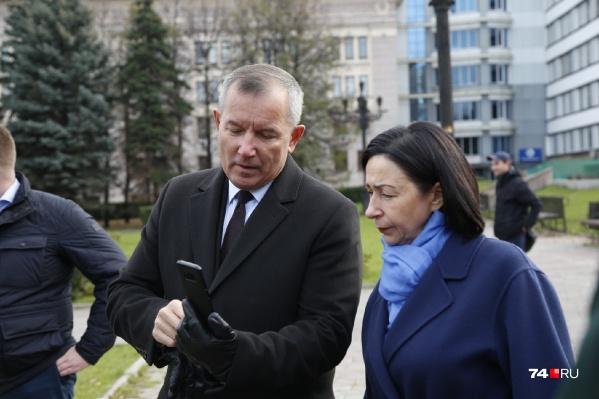 Глава Советского района Владислав Макаров показал Наталье Котовой на телефоне, как будет выглядеть обновлённый сквер