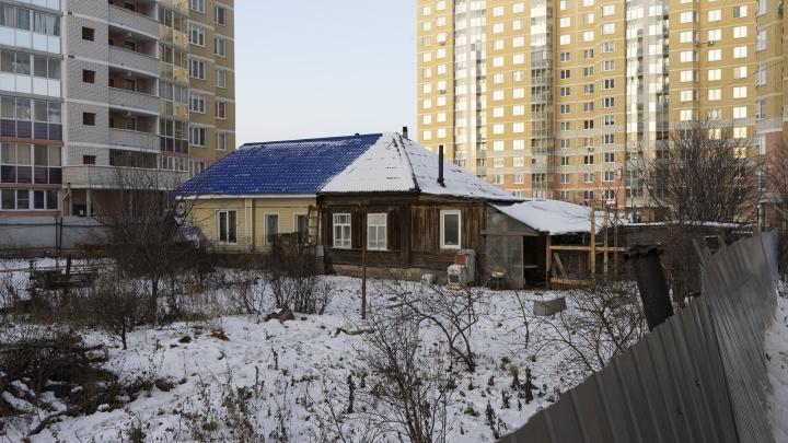 Маленький, но гордый: на Уралмаше окружили высотками частный дом, жильцы которого отказались съезжать