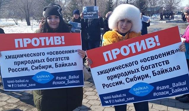 Омичи провели пикет против строительства завода по розливу воды из Байкала для китайцев