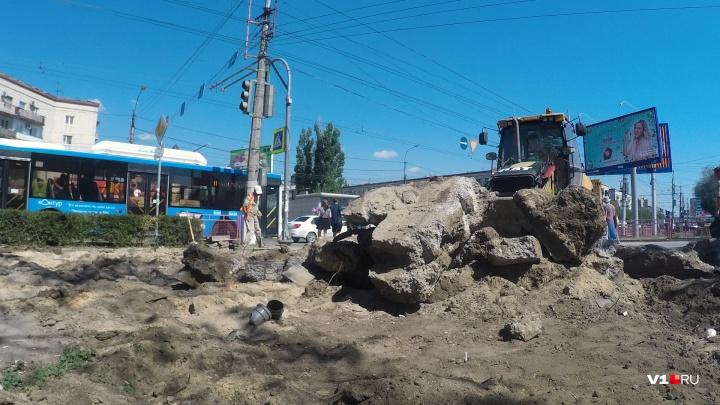 «Мы уже и не надеялись»: в центре Волгограда вырубают из земли «останки» старых киосков