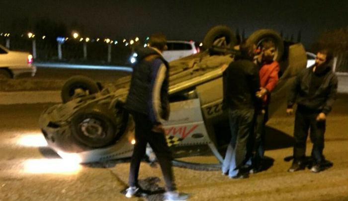 ДТП в Башкирии: автомобиль службы такси перевернулся в центре города