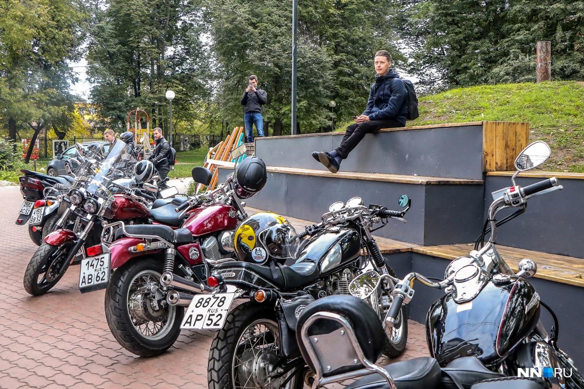 Винтажные мотоциклы и галстуки: в Нижнем Новгороде прошёл благотворительный заезд джентльменов