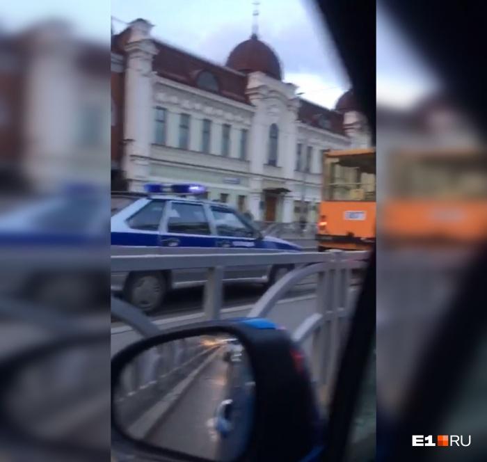 Силовики остановились на трамвайных путях