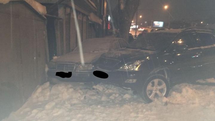 Водитель Lexus устроил ДТП в Октябрьском районе