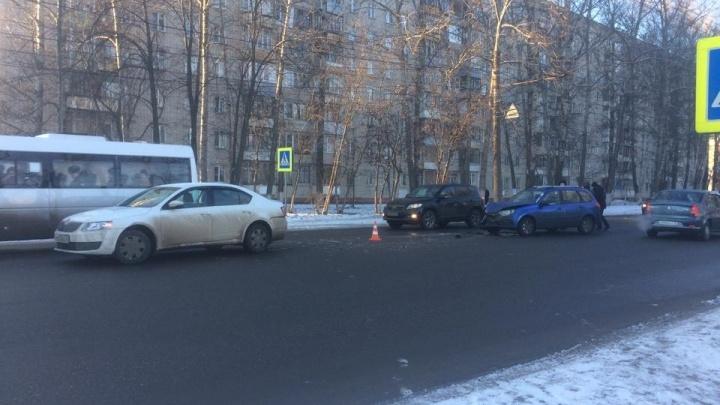 Машину отбросило на ребёнка: в Брагино в ДТП пострадали двое детей