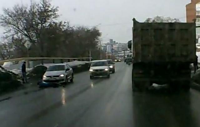 ДТП в Уфе: девушка бросилась под машину. Видео