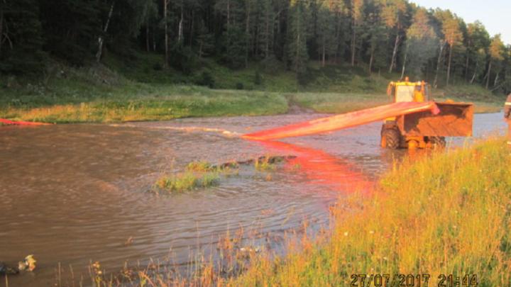 В Башкирии на реке Аяз собирают разлившуюся нефть