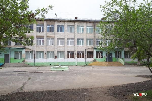 Незапланированные каникулы в школе Кировского района начались еще в среду
