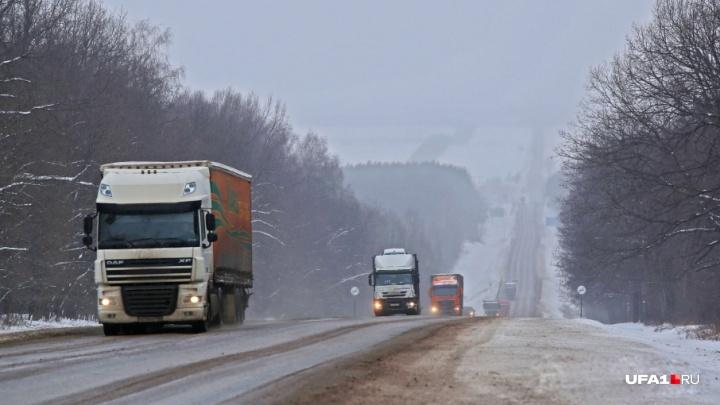 На трех участках федеральных трасс в Башкирии перекрыли движение