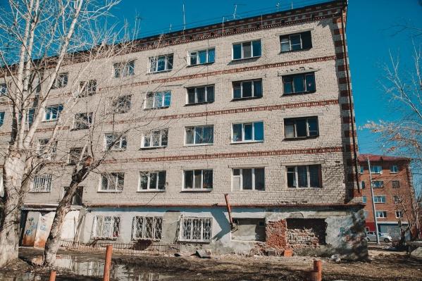 Общежитие построили в 1970 году. В марте этого года у него отвалилась часть облицовочного кирпича