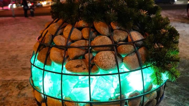 На Взлётке появились новогодние украшения в виде елочных шариков