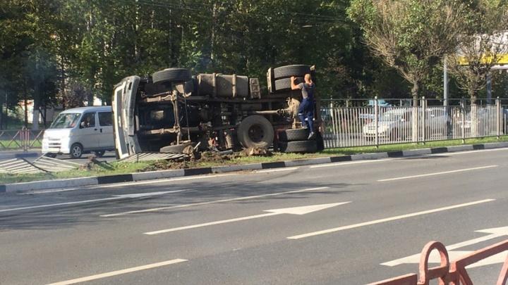 Водитель вышел хромая: на Московском проспекте опрокинулся МАЗ