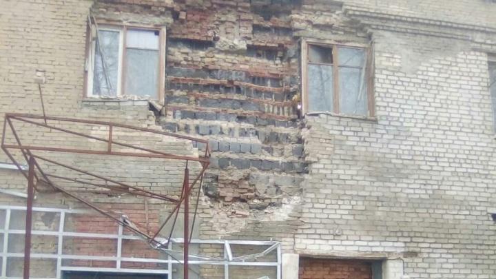 Власти Челябинска решили судьбу дома с рухнувшей стеной на Копейском шоссе